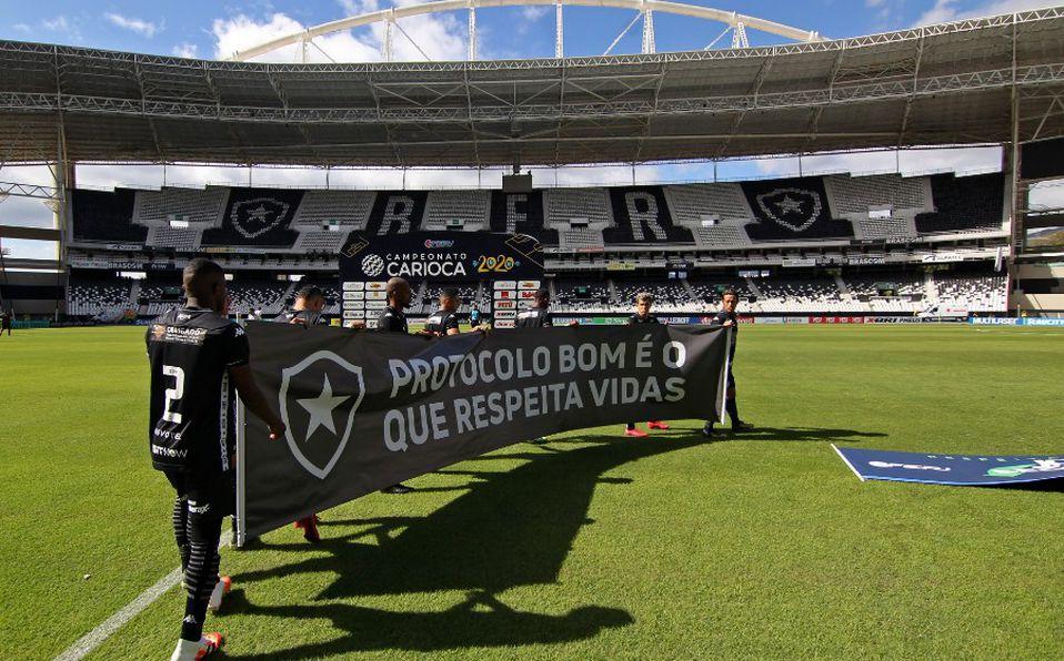 Los brasileños salieron con una manta a la cancha, con la leyenda: